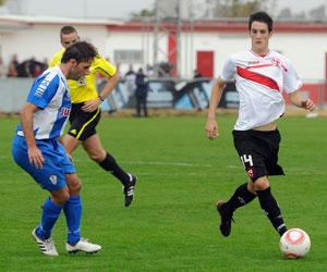 Sevilla FC: Luis Alberto conduce un balón en un partido de esta temporada