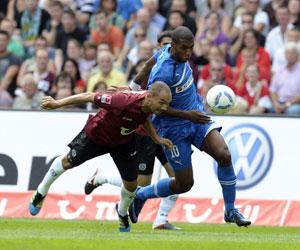 Sevilla: El defensa Chahed, del Hannover 96, lucha por un balón
