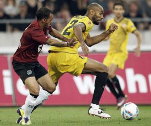 Kanouté conduce el balón en el partido de ida