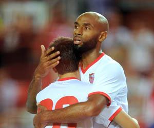 Sevilla: Kanouté celebra uno de los goles conseguidos ayer