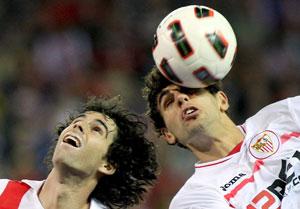 Sevilla FC: Tiago y Fazio pelean por un balón en el Atlético-Sevilla del pasado año