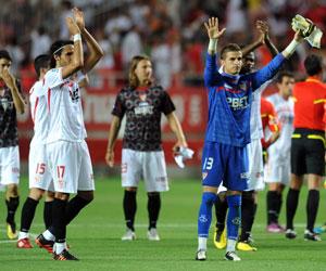 Los jugadores del Sevilla celebran la clasificación europea tras derrotar a la Real Sociedad