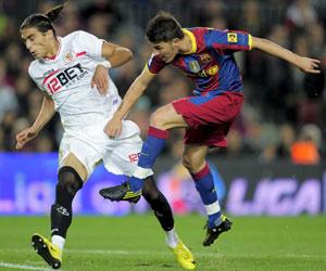 Sevilla FC: Cáceres trata de tapar un disparo de David Villa