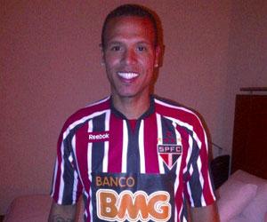 Sevilla: Luis Fabiano, con su nueva camiseta