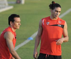 Martín Cáceres (derecha), junto con Trochowski