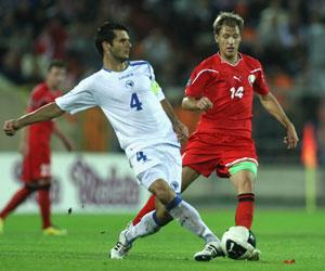 Sevilla FC: Spahic, toca un balón en un partido con Bosnia