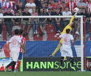 Varas realiza una estirada en el partido de ayer ante el Atlético