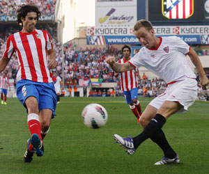 Iván Rakitic intenta centrar ante la oposición de Tiago
