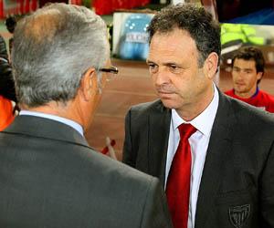 Sevilla FC: Caparrós y Manzano dialogan en los prolegómenos de un partido entre ambos
