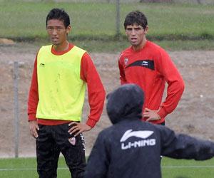 Sevilla FC: Hiroshi, en un entrenamiento con el primer equipo del Sevilla