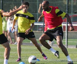 Sevilla FC: Kanouté controla un balón ante Navas en el entrenamiento de esta mañana
