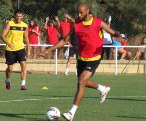 Sevilla FC: Kanouté controla un balón en un entrenamiento de la pasada pretemporada