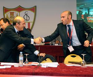 Sevilla FC: Monchi saluda a Del Nido en la pasada Junta de Accionistas