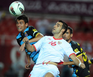 Sevilla FC: Negredo pelea un balón en un encuentro de esta temporada