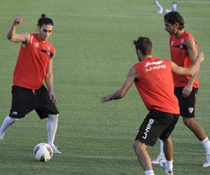 Sevilla: Cáceres trata de jugar el balón durante un entrenamiento