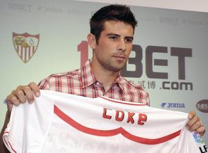 Sevilla FC: Coke sostiene una camiseta del Sevilla con su nombre el día de su presentación