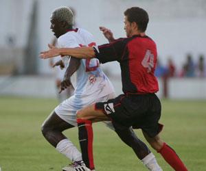 Sevilla FC: Koné intenta zafarse ayer de un defensor de la Roteña