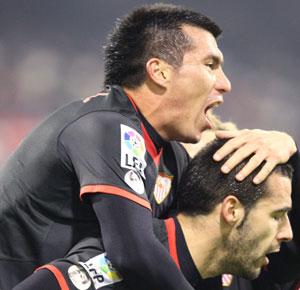 Sevilla FC: Medel celebra con Negredo un gol de esta temporada