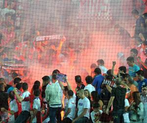 Las bengalas le están costando dinero al Sevilla