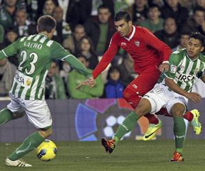 Sevilla FC: Reyes intenta conducir un balón en el derbi de la primera vuelta en Heliópolis