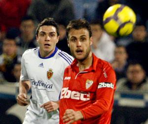 Sevilla FC: Cala busca el despeje de un balón en el Zaragoza-Sevilla de la 09-10