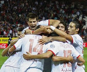 Sevilla: Los jugadores del Sevilla se abrazan tras un gol