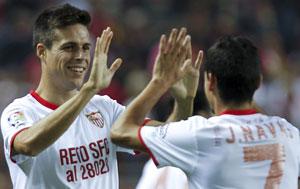 Sevilla: Manu del Moral y Jesús Navas se felicitan por un gol