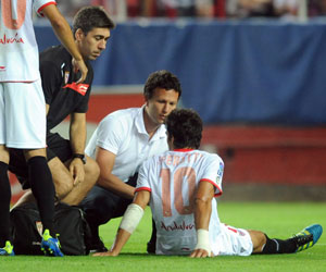 Perotti es atendido por los médicos en el partido ante el Sporting