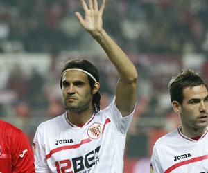Sevilla FC: Sergio Sánchez saluda a la afición antes de un partido del Sevilla