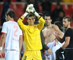 Sevilla FC: Javi Varas saluda a la afición tras el choque ante el Valencia