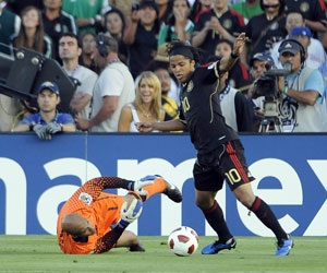 Giovani se zafa del portero de EE.UU en la final de la Copa de Oro