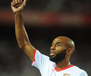 Sevilla FC: Kanouté saluda a la grada tras un partido