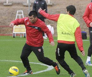 Sevilla FC: Medel cortó un contragolpe del Levante y fue amonestado