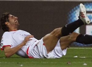Sevilla FC: Escudé, en el momento de notarse la molestia en la parte posterior del muslo
