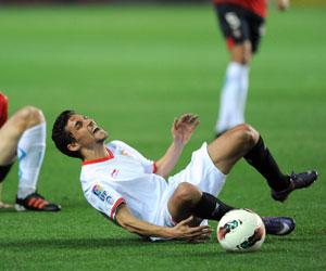 Sevilla FC: Jesús Navas se duele en el césped de una entrada en un partido