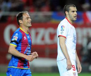 Negredo se lamenta tras errar el penalti ante el Levante