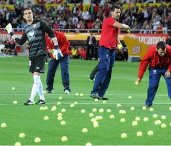 Sevilla: Algunos operarios recogen las bolas de tenis del campo