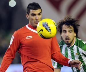 Sevilla FC: Reyes intenta controlar un balón durante el derbi ante el Betis