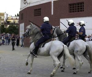 Policías a caballo en las inmediaciones del Sánchez-Pizjuán