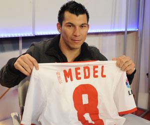 Sevilla: Gary Medel posa con su camiseta