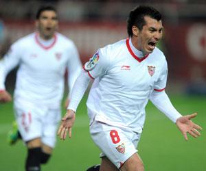 Sevilla FC: Medel celebra un gol esta temporada