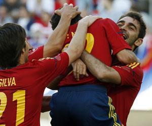 Navas se abraza a Adrián, autor del primer gol