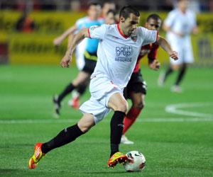 Negredo conduce el balón durante el partido ante el Mallorca