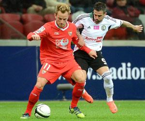 Rakitic protege el balón ante un rival del Legia