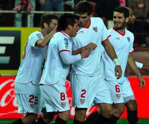 Fazio celebra un gol junto a sus compañeros