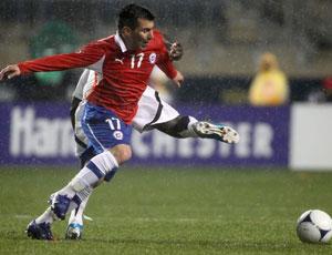 Medel en un partido con Chile
