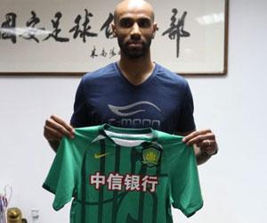 Sevilla: Kanouté, con su nuevo camiseta (foto: Beijing Guoan)