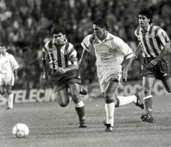Sevilla: Simeone conduce el balón entre Ferreira y Caminero