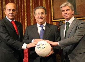 El alcalde de Sevilla, Juan Ignacio Zoido, junto a los presidentes de Sevilla y Betis