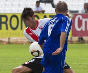 Sevilla FC: Jozabed pelea un balón en un partido de esta temporada del Sevilla Atlético